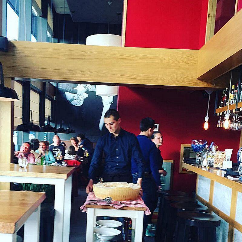 Bedieningsmedewerker van  Italiaans restaurant Gusto Di ItALB in Den Haag